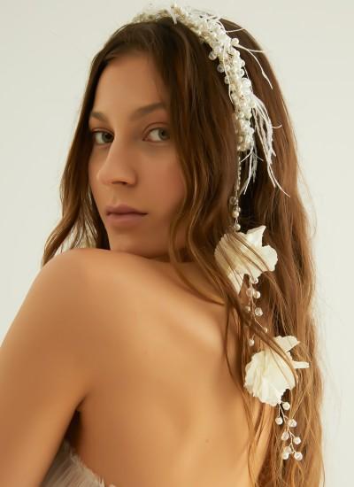 Beyaz Çiçekli ve Tüylü Taç