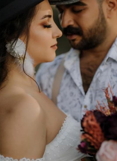 Beyaz Tüylü Çiçek Dış Çekim Küpesi